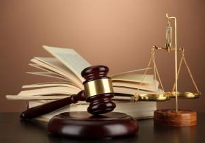 balance de la justice, livre et marteau