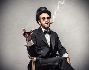 Investisseur buvant du vin et fumant un cigare